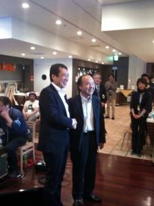 がっちり握手を組む孫正義氏と佐々木俊尚氏